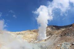 火山穆特洛夫斯基火山堪察加的白色喷气孔 免版税库存照片