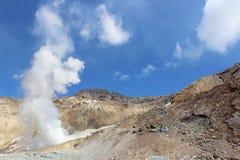 火山穆特洛夫斯基火山堪察加的白色喷气孔 免版税库存图片