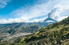火山通古拉瓦火山和镇Banos de Agua圣诞老人的爆发 库存照片