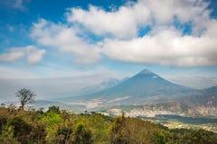 火山阿瓜、从高海拔的El Fuegu和阿空加瓜看法在危地马拉 库存图片
