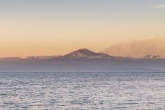 火山从海看见Etna 免版税图库摄影