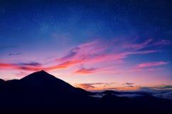 火山del泰德峰剪影反对日落天空的 Pico del泰德峰山在El泰德峰国家公园在晚上 免版税库存图片