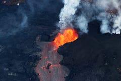 火山Kilauea的火山爆发的鸟瞰图 免版税库存图片