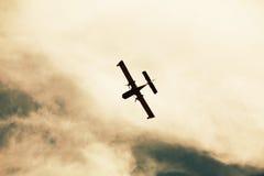 火平面飞行在云彩背景中 免版税库存照片