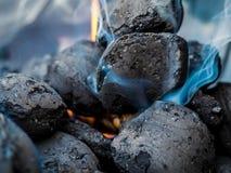 火开始,煤炭烤肉视图  库存照片