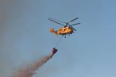 火抢救大量直升机滴下的水 免版税库存图片