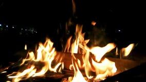 火接近的英尺长度在晚上 股票视频