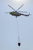 火有水桶的抢救直升机 免版税库存照片