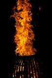 火木头燃烧的火炉黑暗夜 免版税库存照片
