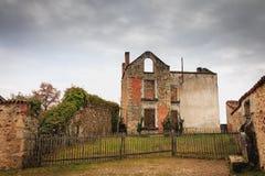 火毁坏的被破坏的房子跟随大屠杀耳鼻喉科 库存图片