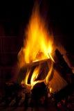 火火焰在黑暗灼烧的木头的 免版税库存照片