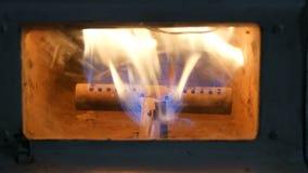 火火焰烧的老运作的瓦斯壁炉 股票视频