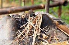 火灰和被烧焦的木头 库存照片