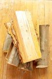 火灰色光记录woodpile的木头 库存照片