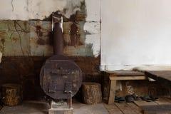 火炉在狩猎小屋里 免版税库存照片