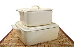 火炉的两个白色陶瓷罐在竹席子 免版税库存图片