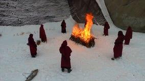 火炬队伍 礼节火 英尺长度 敞篷长袍的修士走沿冬天雪足迹的小组在森林里 库存照片