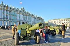 火炮开枪在冬宫的背景的WWII Th的 免版税库存图片