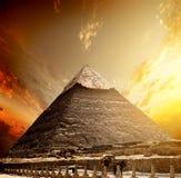 火热的日落和金字塔 库存图片