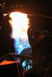 火热空气气球飞行火焰在晚上 库存照片