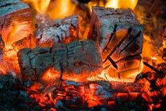 火焰冠在灼烧的木头的在壁炉 在俄国火炉的灼烧的木柴 免版税库存图片