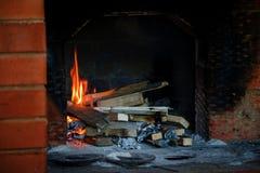 火焰冠在灼烧的木头的在壁炉 在俄国火炉的灼烧的木柴 库存照片
