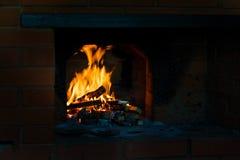 火焰冠在灼烧的木头的在壁炉 在俄国火炉的灼烧的木柴 图库摄影