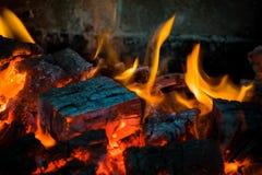 火焰冠在灼烧的木头的在壁炉 在俄国火炉的灼烧的木柴 库存图片
