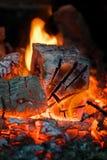 火焰冠在灼烧的木头的在壁炉 在俄国火炉的灼烧的木柴 免版税图库摄影