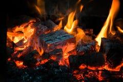 火焰冠在灼烧的木头的在壁炉 在俄国火炉的灼烧的木柴 免版税库存照片
