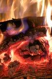 火焰冠在灼烧的木头的在壁炉 免版税图库摄影