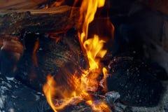 火焰冠在灼烧的木头的在壁炉 库存图片