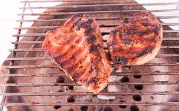 火焰在格栅的被烤的牛排 库存图片