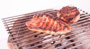 火焰在格栅的被烤的牛排 图库摄影