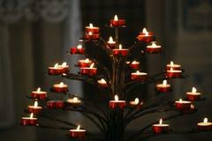 火焰灼烧的蜡烛在一个宽容大教堂里 库存图片