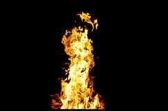 火焰点燃了火,温暖他的在冷气候的温暖 火安全饲养规则  免版税库存照片