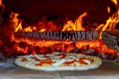 火焰状热的木头在烤箱的被射击的薄饼烘烤 免版税图库摄影