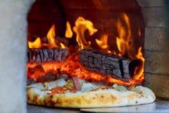 火焰状热的木头被射击的薄饼烘烤烤箱 库存照片