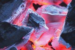 火特写镜头与灼烧的木炭的 免版税库存照片