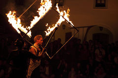 火玩杂耍拿着火立方体 免版税库存照片