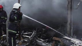 火的消防队员 消防员熄灭火用水 境外市场着火 股票录像