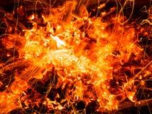 火的灼烧的煤炭抽象背景与火花的 免版税库存图片