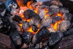 火的热的炭烬总体上构筑 熔化金属,我们准备烤肉串,在火附近的准备 水平的框架 免版税图库摄影