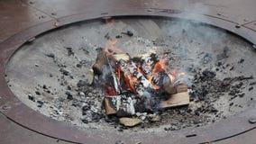 火盆灼烧的木头在户外冬天期间 股票视频