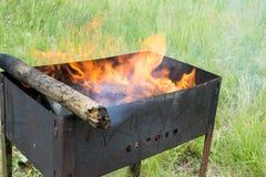 火盆灼烧的木头 库存照片