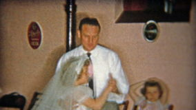 火石,密执安1955年:与女儿的爸爸跳舞在第1个圣餐党期间的地下室的 股票视频