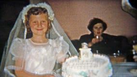 火石,密执安1955年:在家庭地下室的女孩的第一个宽容圣餐蛋糕党 股票录像