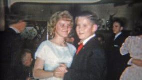 火石,密执安 1965年:摄制与男孩的爸爸小女孩跳舞第一次的 股票录像