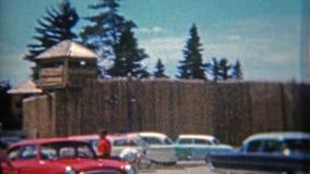 火石,密执安 1965年:摆在水的边缘的木堡垒前面的妇女 股票视频