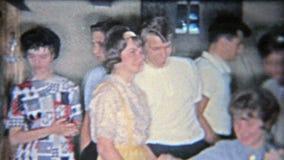 火石,密执安1955年:从她的家庭和同辈的女孩打开的甜点16礼物 股票视频